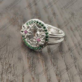 Женское кольцо с зелеными камнями