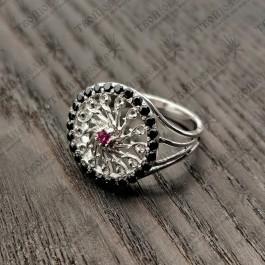 Женское кольцо с черными камнями