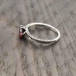 Кольцо с красныс камнем