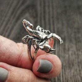 Мужской перстень из серебра со скорпионом